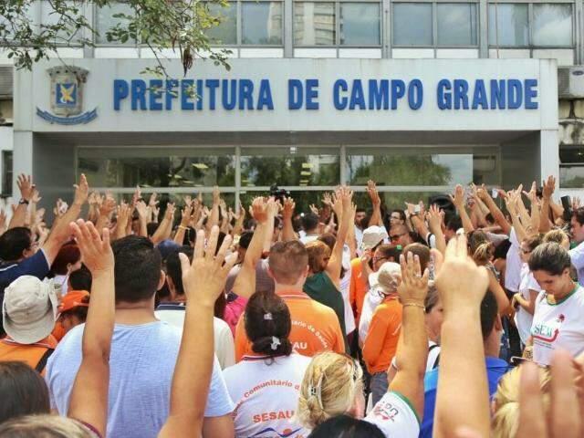 Grevistas em frente à Prefeitura hoje ( (Foto: Fernando Antunes)