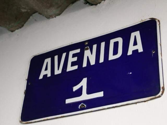 Placa do primeiro nome da rua ainda existe.  (Foto: Paulo Francis)