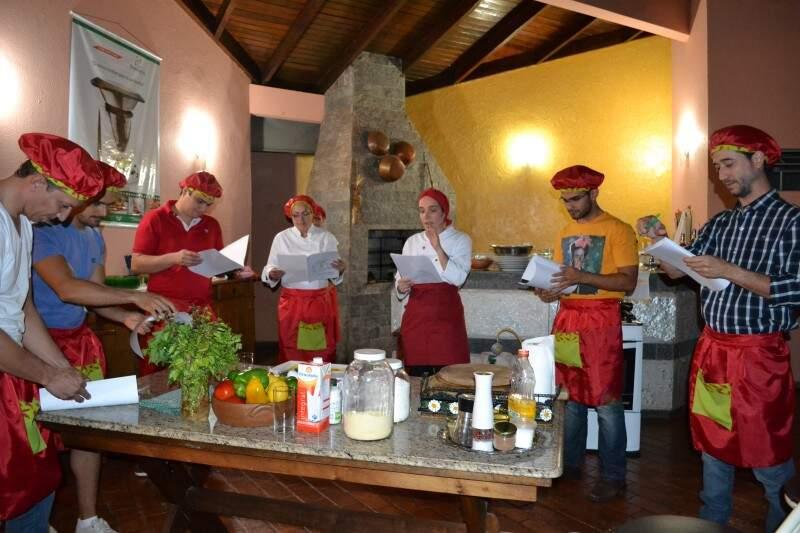 Nos fundos de casa, Claudia ensina os temperos da culinária do México.