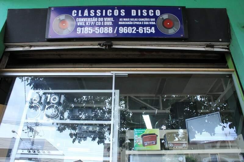Fachada nostálgica da loja. (Foto: Marina Pacheco)