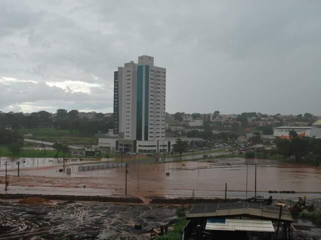Imagem mostra região da Via Parque, uma das regiões mais afetadas nesta quinta-feira.