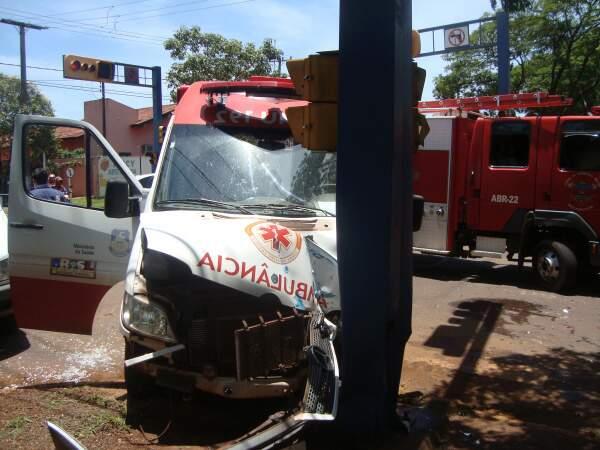 ambulância do Samu após colidir com carro da prefeitura. Foto: Cido Costa
