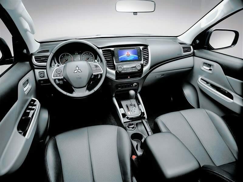 O interior é todo novo, não lembra em nada da versão anterior. Conta com nova central multimídia, partida no botão e até ar condicionado dual-zone