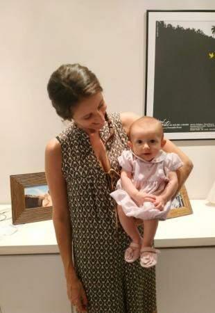 Thaís Pompeo com a filha Clara nos braços (Foto: Arquivo pessoal)