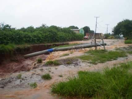 Chuva derruba poste e suspende serviço de energia no Jardim Carioca