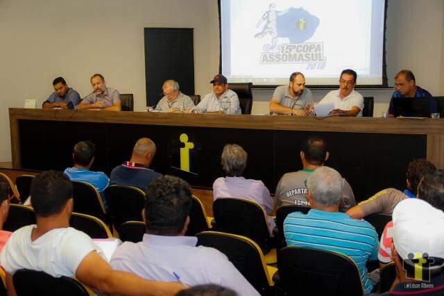 Representantes das equipes debatem regulamento do torneio na sexta-feira (Foto: Divulgação)