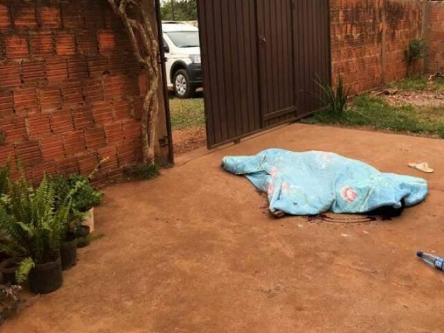 Lucas caiu na calçada em frente ao portão, do lado de dentro do quintal. (Foto: Porã News)
