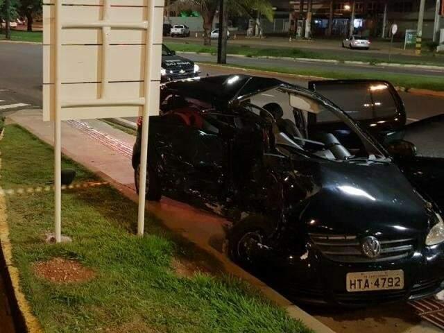 O carro que a advogada Carolina conduzia ficou destruído (Foto: Direto das Ruas)