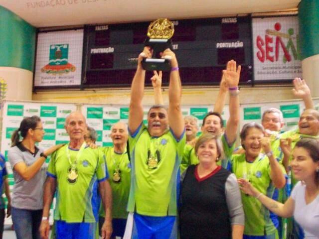 Equipe masculina levanta taça de campeão em Nova Andradina (Foto: Fundesporte/Divulgação)