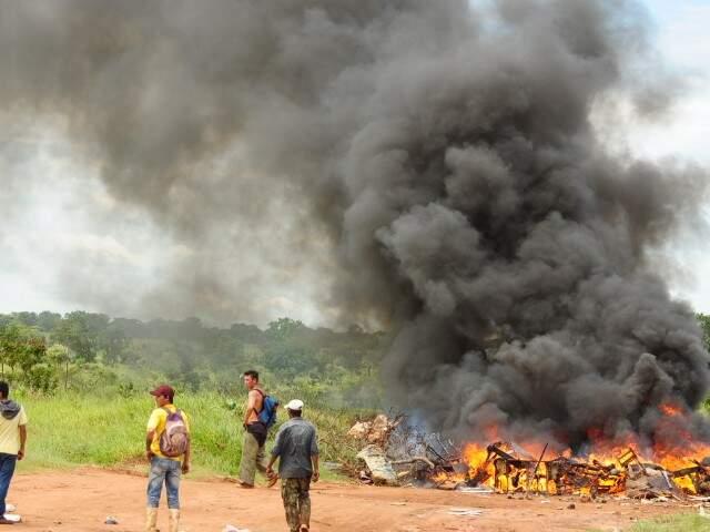 Catadores atearam fogo para dificultar acesso da polícia no Dom Antônio. (Foto: Rodrigo Pazinato)
