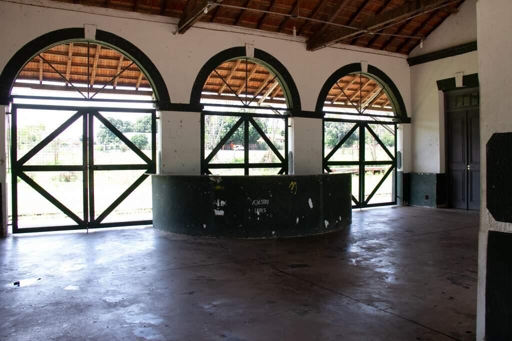 Plataforma que recebia passageiros e voltou a ter visitantes com o Trem do Pantanal. (Foto: Kisie Ainoã)