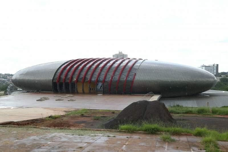 Iniciada em 2011, ainda na gestão do ex-governador André Puccinelli, obra do Aquário do Pantanal já custou R$ 230 milhões aos cofres públicos (Foto: Marcos Ermínio)
