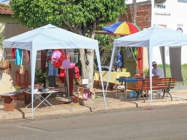 Em uma garagem da Arthur Jorge os preços são populares na feirinha mais descolada da cidade. (Foto: Fernando Antunes)