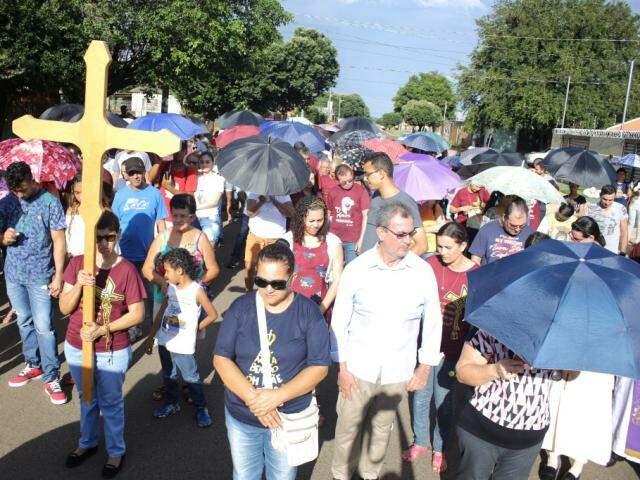 Fiéis durante a procissão, desta tarde no Bairro Cophavila. (Foto: Paulo Francis)