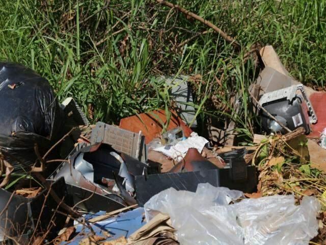 Lixo e equipamentos jogados em via pública (Foto: Marcos Ermínio)