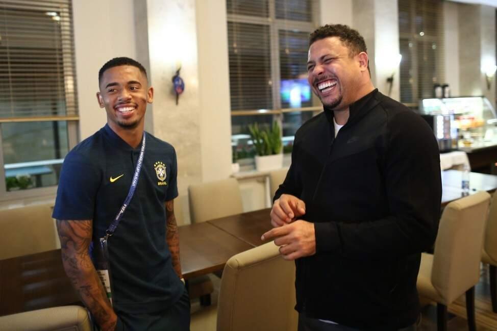 Gabriel Jesus, o mais jovem da turma, apenas 21 anos, com o ex-atacante Ronaldo, que ontem fez uma visita à Seleção marcada pela descontração (Foto: Lucas Figueiredo/CBF)