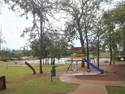 Em dia chuvoso, recuperação de lago do Parque das Nações Indígenas tem pausa