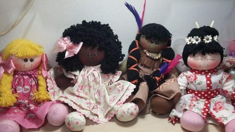 Branca, negra, índia e japonesa. As bonecas que representam as raças no ateliê de Jane. (Fotos: Arquivo Pessoal)