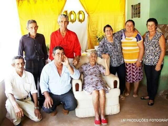 Laudilene e os filhos que compareceram para comemorar o aniversário (Foto: Arquivo pessoal)
