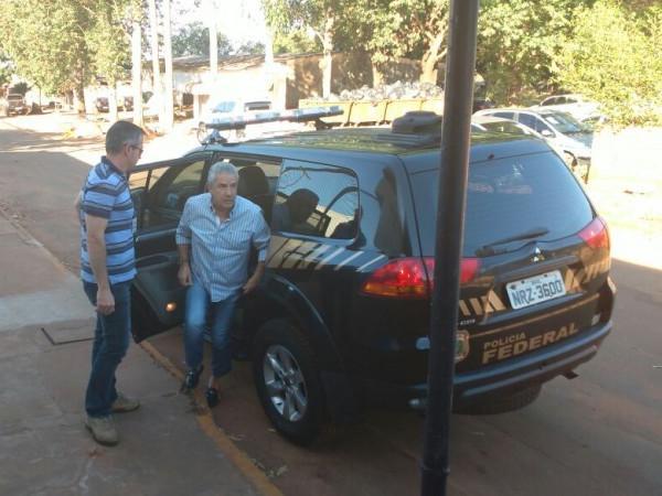 Já João Amorim foi transportado no banco de trás do carro dos federais (Foto: Amanda Bogo)