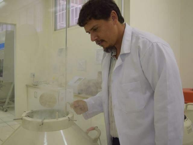 Octávio já descobriu 12 fórmulas antibióticas com plantas encontradas em MS (Foto: Natalie Malulei)