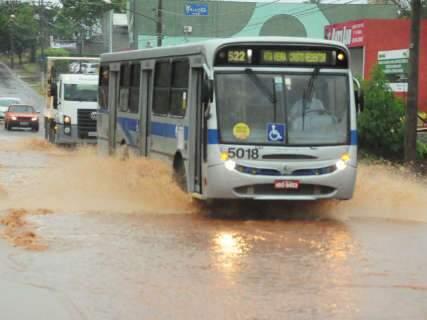 Chuva traz de volta problemas de alagamento em pontos já conhecidos -