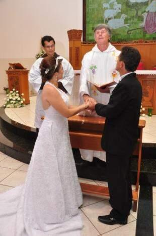 Diante do frei, no altar, na quarta tentativa de Betina. (Foto: Unilton Cavalcante)