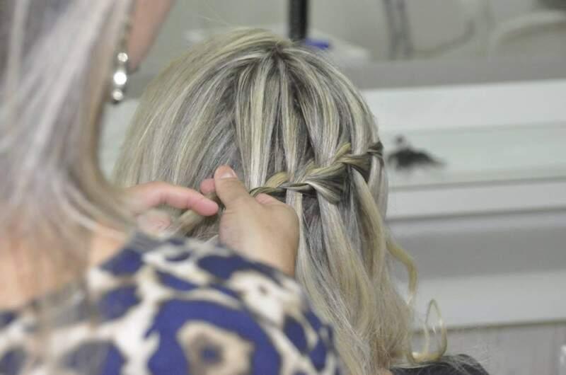Puxe de um só lado, uma mecha de cabelo deixando espaço na frente para o acessório.