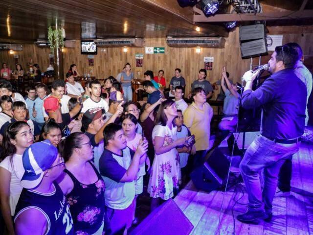 Adolescentes ficaram de frente para o palco para cantar com os músicos as canções sertanejas. (Foto: Kisie Ainoã)