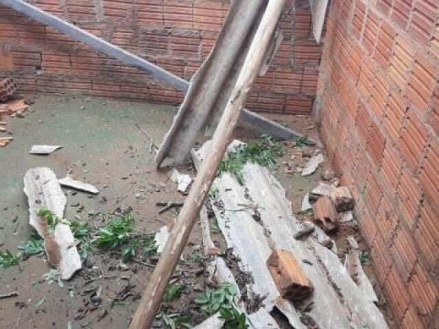 Casas foram destelhadas durante vendaval em Ribas do Rio Pardo (Foto: Divulgação)