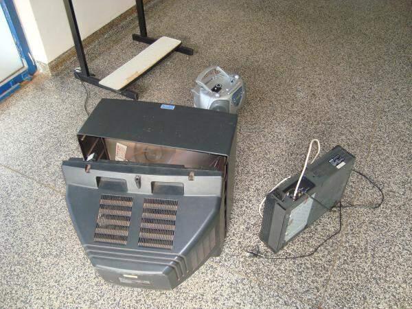 Ladrões quebraram TV e aparelho de videocassete. (foto: Jovem Sul News)