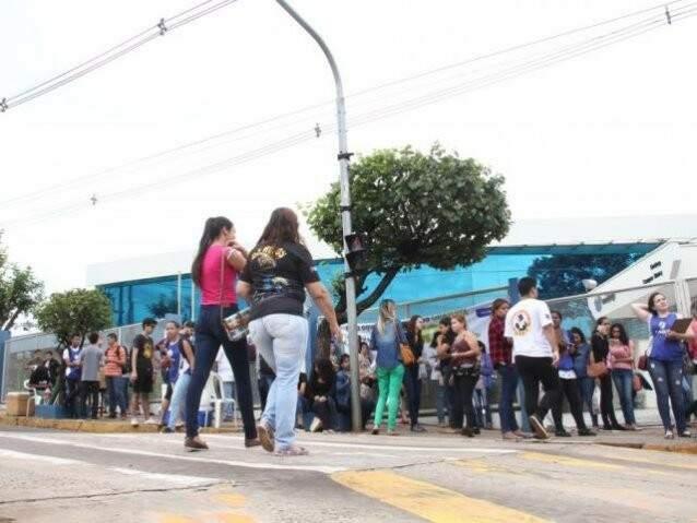 Estudantes em frente a local onde foi realizada prova em Campo Grande. (Foto: Marcos Ermínio)
