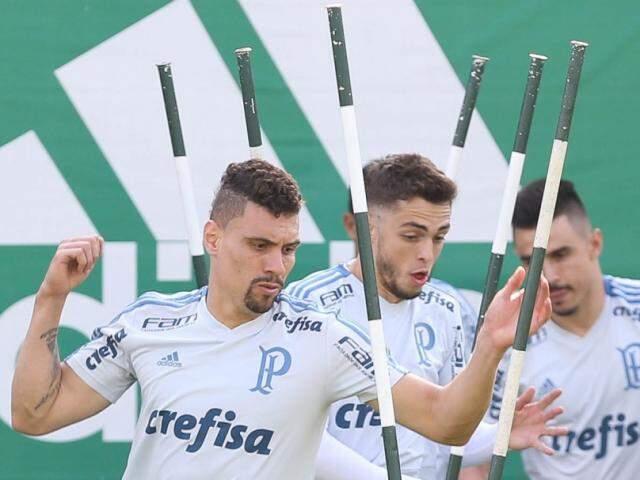 Em primeiro plano o volante Moisés que deve iniciar o jogo contra o Cruzeiro (Foto: Cesar Greco/Ag Palmeiras/Divulgação)