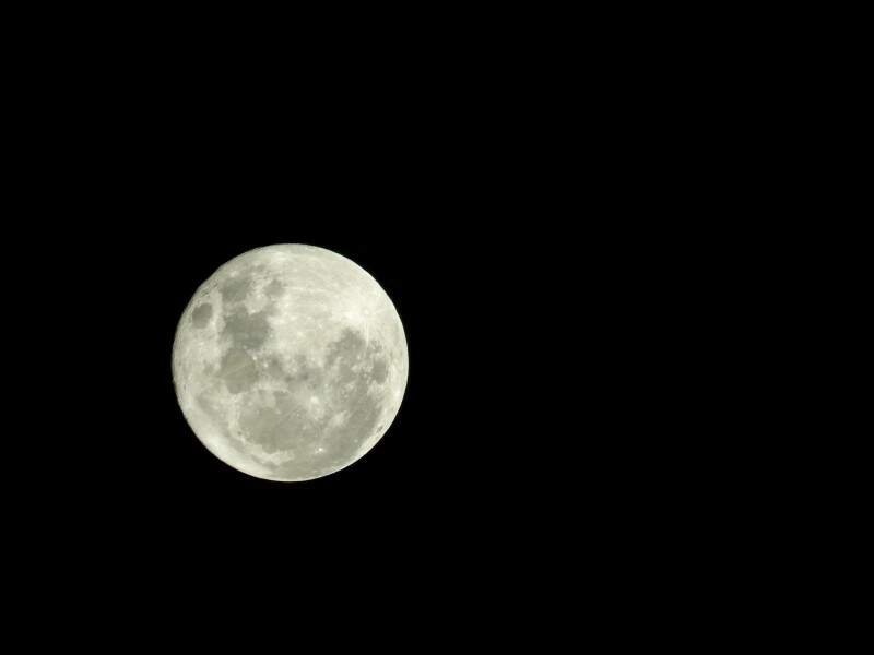 De gratidão ou de reflexão, lua fez nascer poesia em cada um. (Foto: Antonio Arguello)