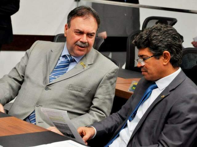 Deputados Paulo Siufi (MDB), autor do projeto, e Rinaldo Modesto (PSDB), durante sessão (Foto: Victor Chileno/ALMS)