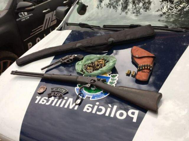 Armas e munições apreendidas com os suspeitos. (Foto: Divulgação/PMMS)