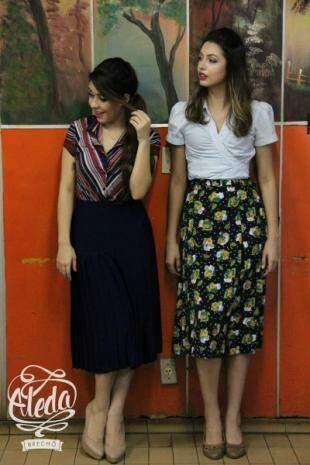 Modelo esquerdo: Blusa P, R$ 25,00 / saia P, R$ 49,00 Modelo direita: blusa M, R$ 20,00 / saia M, R$ 50,00.