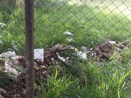Lixo em campinho no bairro Santo Amaro atrapalha alunos de duas escolas