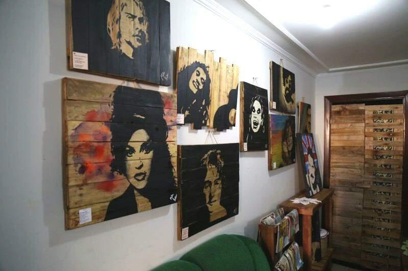 Os quadros são  feitos em palete. (Foto: Fernando Antunes)