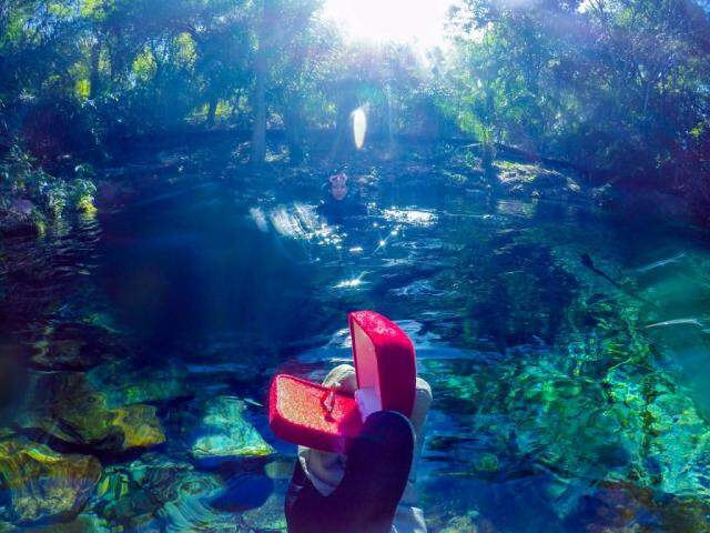 O anel, a nascente do rio e Maria Teresa. (Foto: Acervo Pessoal)