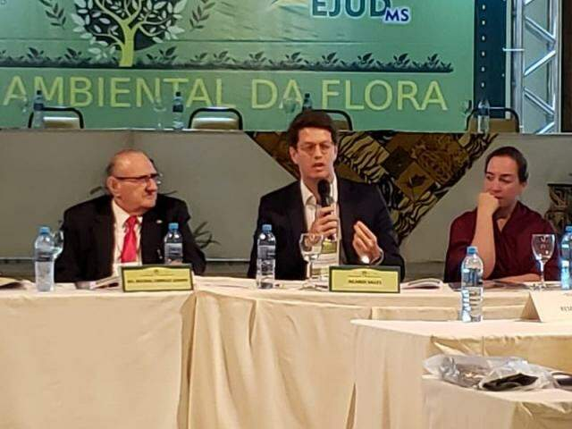 O ministro Ricardo Salles, no centro da foto, durante evento em Bonito nesta quinta-feira (12). (Foto: Divulgação)