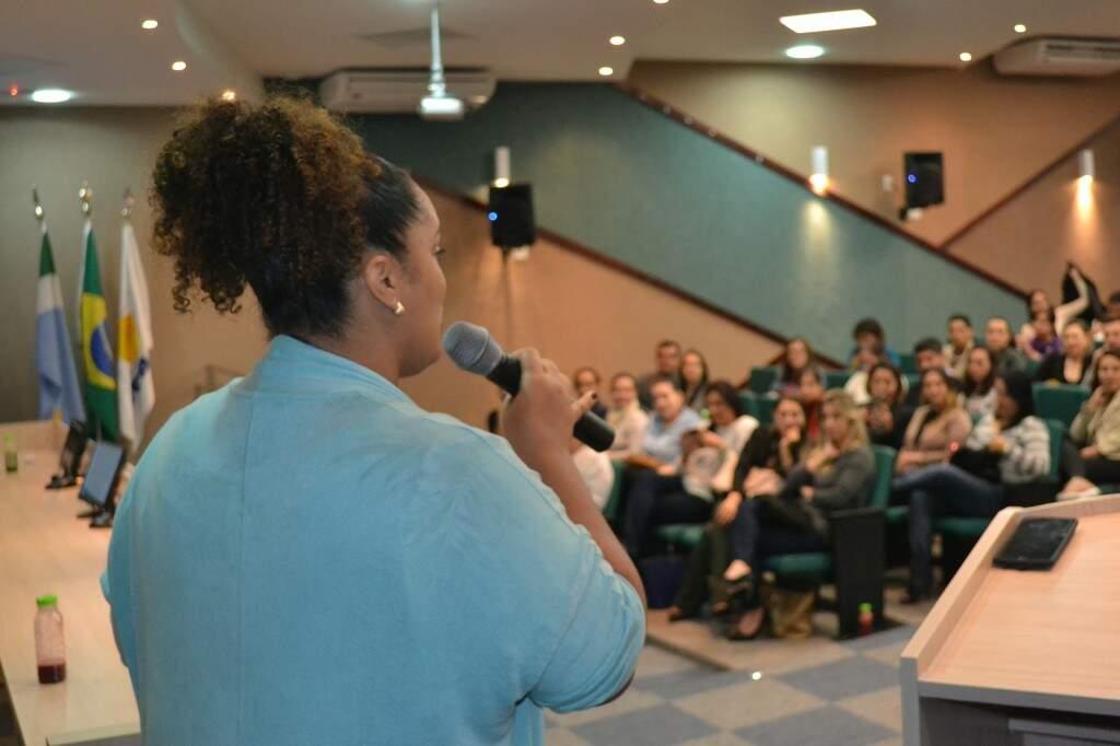Lisamara falou para um grupo de aproximadamente 60 pessoas.