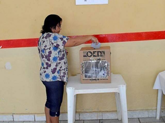 Mulher deixa voto em urna em eleição passada (Foto: Anderson Gallo/Arquivo Diário Corumbaense)