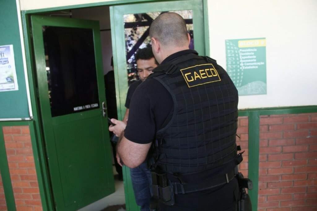 Servidor do Gaeco em um dos blocos do Detran (Foto: Marcos Ermínio)