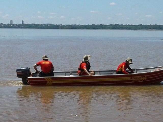 Equipes do Corpo de Bombeiros em buscas pelo Rio Paraná (Foto: Divulgação)