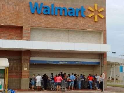 Maxxi e Walmart amanhecem fechados e com fila na porta