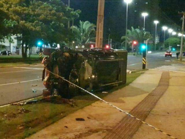 Após acidente, caminhonete capotou e parou tombada (Foto: Direto das Ruas)