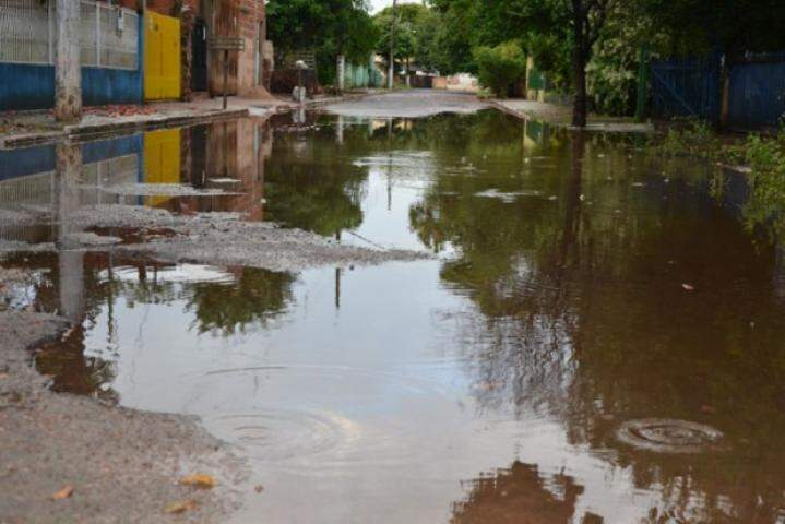 Rua Antônio Cicalise alagada em Aquidauana. (Foto: Luiz Guido/O Pantaneiro)