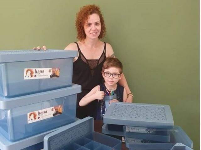 Helen Ramires com o filho Heitor e suas caixas organizadoras (Foto: Arquivo pessoal)