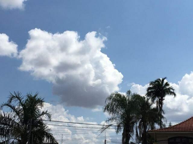 Sol divide o céu com nuvens na tarde desta segunda-feira no bairro Jardim dos Estado em Campo Grande (Foto: Guilherme Henri)
